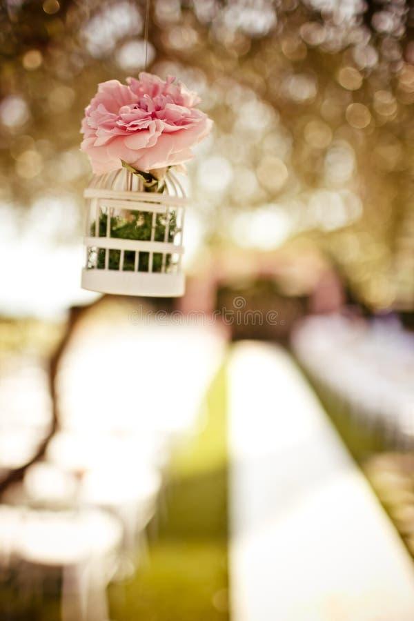 Heiratende Blumendekoration auf dem Baum stockfotos