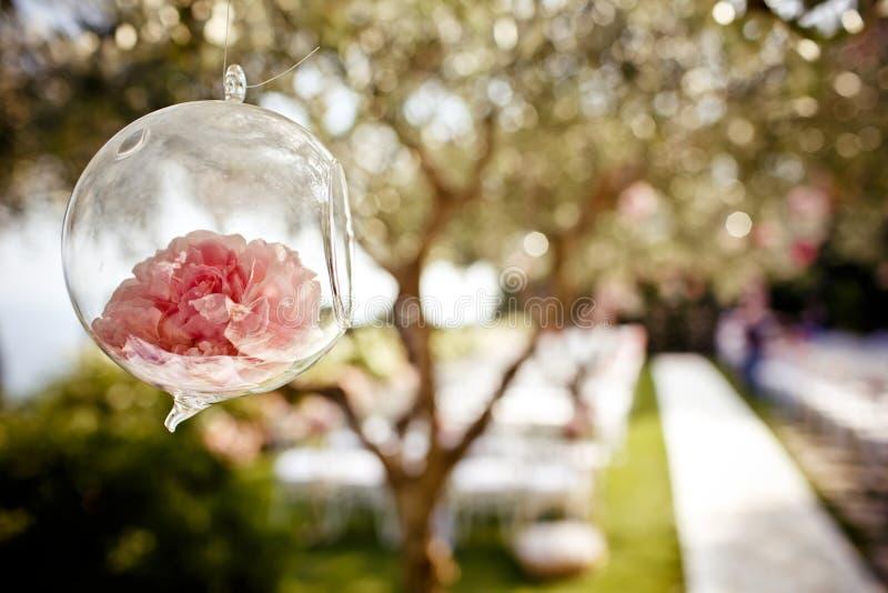 Heiratende Blumendekoration auf dem Baum lizenzfreie stockbilder