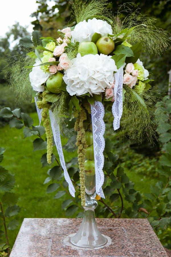 Heiratende Blumendekoration mit Apfel lizenzfreies stockbild