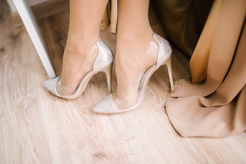 Heiratende festliche Schuhe des Brautabschlusses oben am Hochzeitstag stockfoto