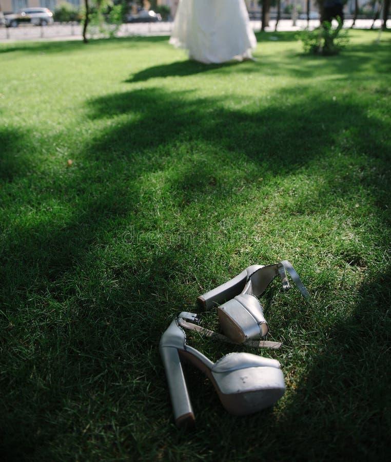 Heiratende festliche Schuhe des Brautabschlusses oben am Hochzeitstag stockbild