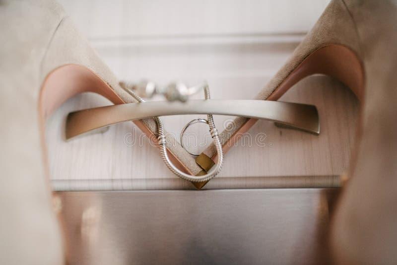 Heiratende festliche Schuhe des Brautabschlusses oben am Hochzeitstag lizenzfreie stockfotografie