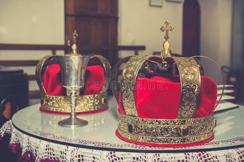 Heiratende goldene Kronen und Messkelch lizenzfreies stockbild