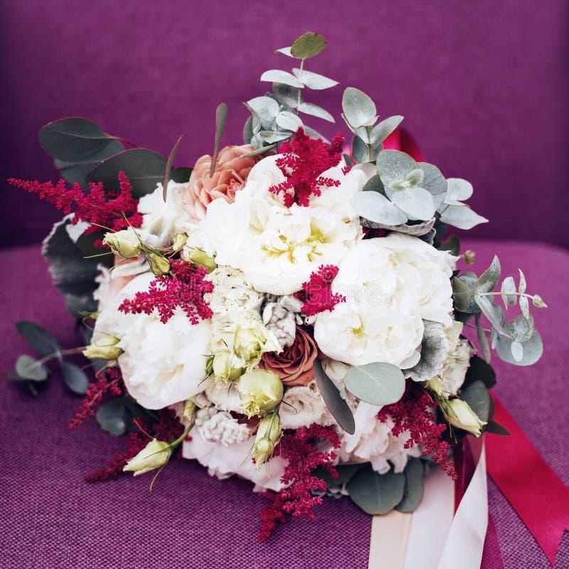 Heiratende rustikale Blumen auf Purpur stockbilder