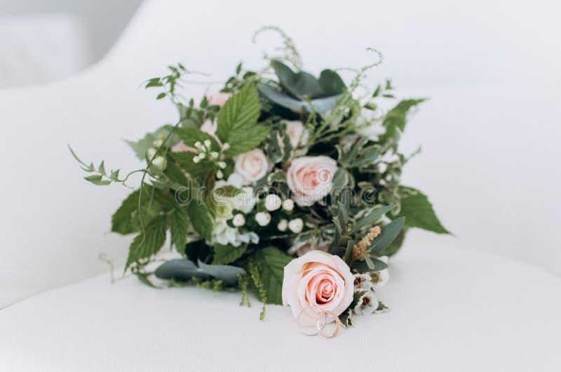 Heiratender asymetrischer stilvoller Blumenstrauß mit purpurroten Rosen und Ringen lizenzfreies stockbild