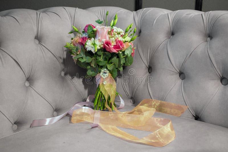 Heiratender reizender natürlicher Blumenblumenstrauß auf Sofa entfärbte Schwarzweiss lizenzfreie stockfotografie