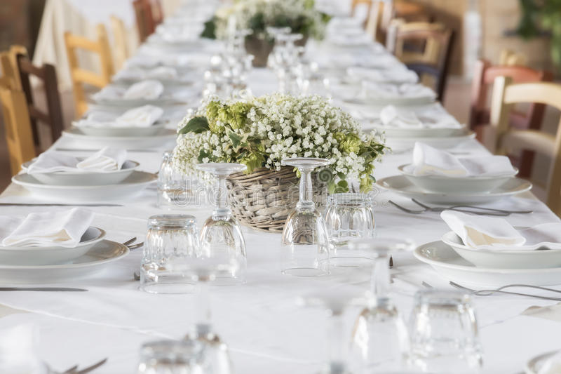 Heiratender weißer Tabellensatz lizenzfreie stockfotografie