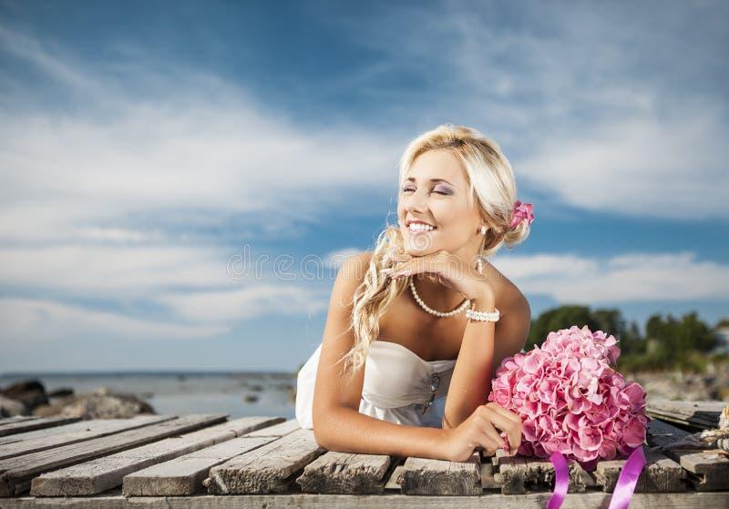 Heirats, glücklicher junger Mann und Frauenfeiern lizenzfreies stockbild