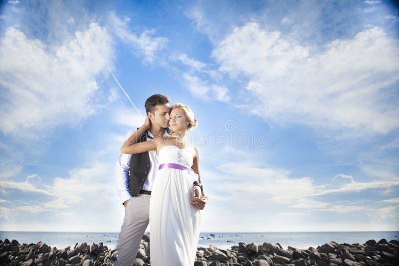 Heirats, glücklicher junger Mann und Frauenfeiern stockbild