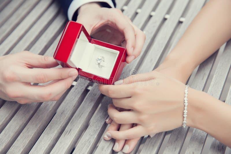 Heiratsantrag mit Diamantring stockbild