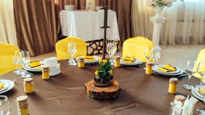 Heiratsblumenanordnung für gelbe Rosen, Grün und Zitronen stockbild