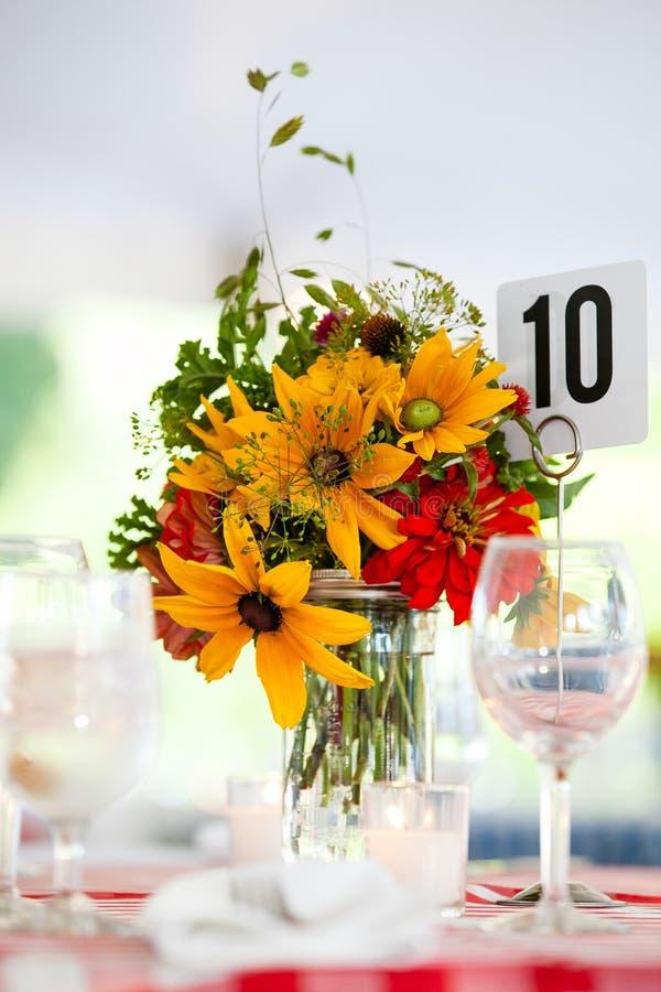 Heiratsblumenanordnungs-Reihe Blumenstrauß von Blumen für ein Heiratsereignis auf einer Tabelle mit gelben Blumen lizenzfreie stockfotos