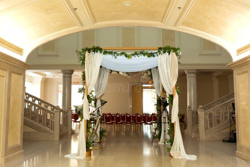 Heiratschuppah verzierte mit Innenbanketthalle der frischen Blumen der Hochzeitszeremonie Luxusheiratsfloristendekorationsgrafik stockbild
