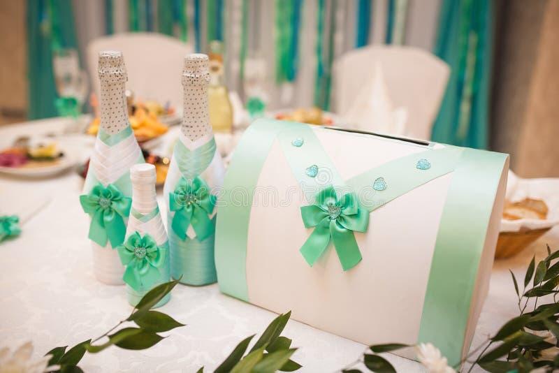 Heiratsdekor in der Türkisfarbe Champagne-Kasten für Geld und Geschenke stockfotografie