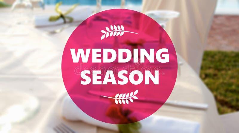 Heiratsjahreszeittext, Unschärfehochzeitstafel, die Hintergrund einstellt lizenzfreies stockbild
