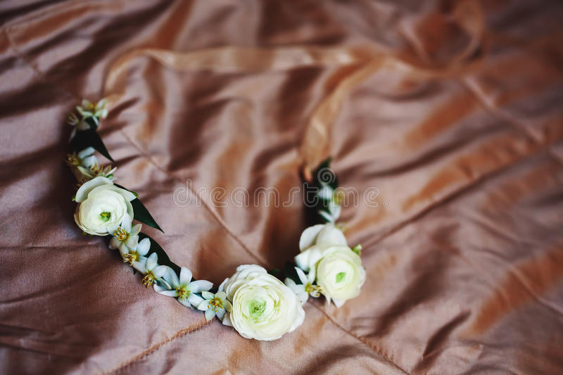 Heiratskranz mit Blumen lizenzfreies stockbild