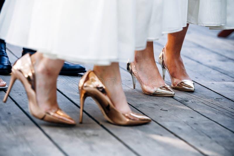 Heiratstanzende Füße auf Fersen der Brautjungfer stockbild