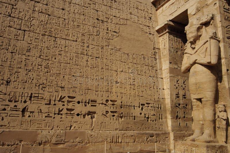 Heiroglyphs di Medinat Habu. Luxor, Egitto fotografia stock