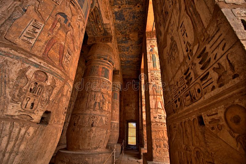 Heiroglyphs von Medinat Habu. Luxor, Ägypten lizenzfreie stockfotos