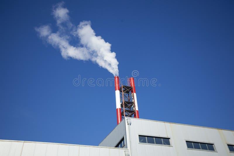 Heizanlage - Kraftwerk und Heizkörper mit Rauch stockfotos