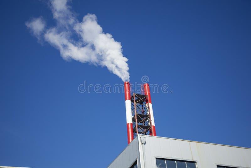 Heizanlage - Kraftwerk und Heizkörper mit Rauch lizenzfreies stockfoto