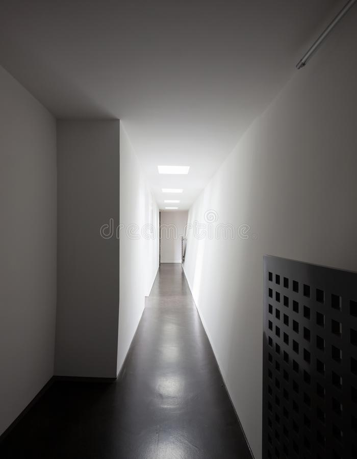 Heizkörper ` s Nahaufnahme im weißen Korridor stockfoto