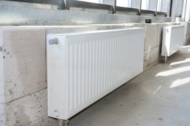 Heizung Installation der Heizkörper-Heizung zu Hause Heizung von Heizkörpern aus weißem Metall lizenzfreies stockfoto