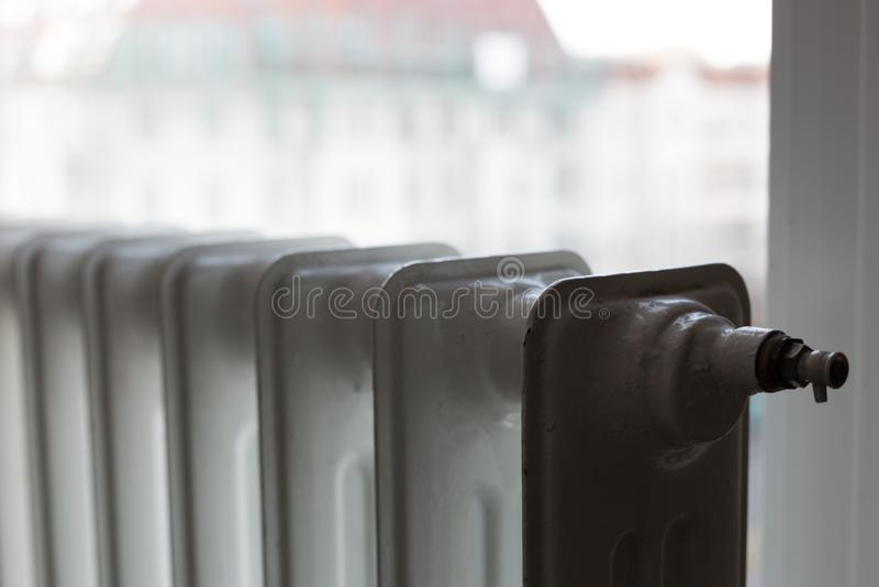 Heizungsheizkörper unter Fenster lizenzfreies stockfoto