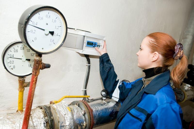Heizungsingenieur im Dampfkesselraum stockbild