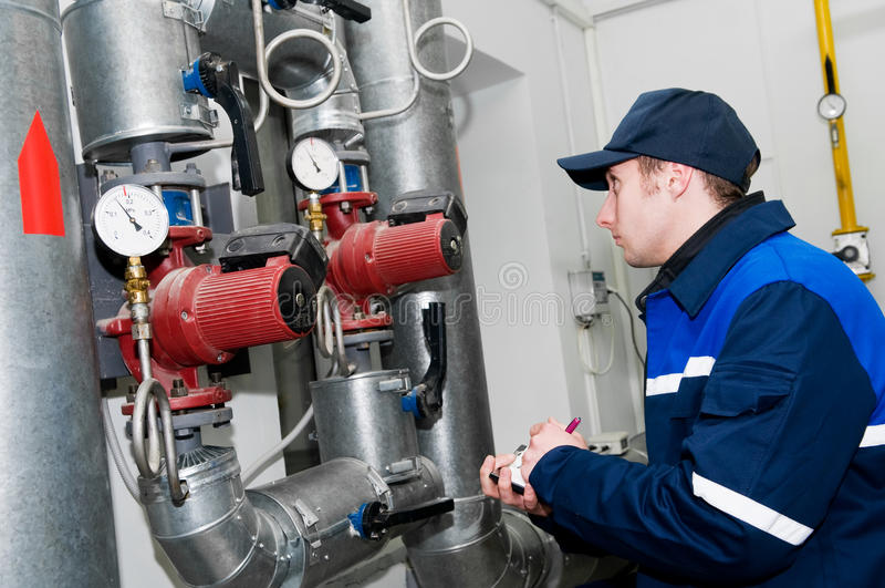 Heizungsingenieur im Dampfkesselraum lizenzfreie stockfotografie