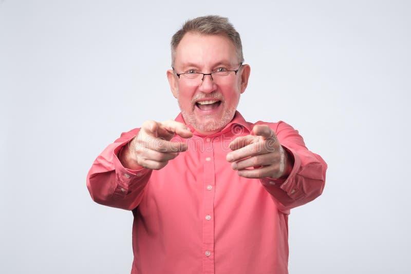 Hej dig begrepp lycklig hög man som pekar på dig royaltyfri fotografi
