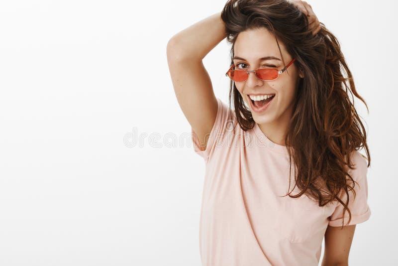 Hej stiligt Stående av den säkra sinnliga och skämtsamma stilfulla unga caucasian kvinnlign som spelar med härligt naturligt royaltyfria foton
