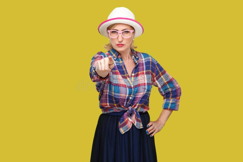 Hej ty Portret powa?na bossy nowo?ytna elegancka dojrza?a kobieta stoi w przypadkowym stylu z kapeluszem i eyeglasses, wskazuje i zdjęcie royalty free