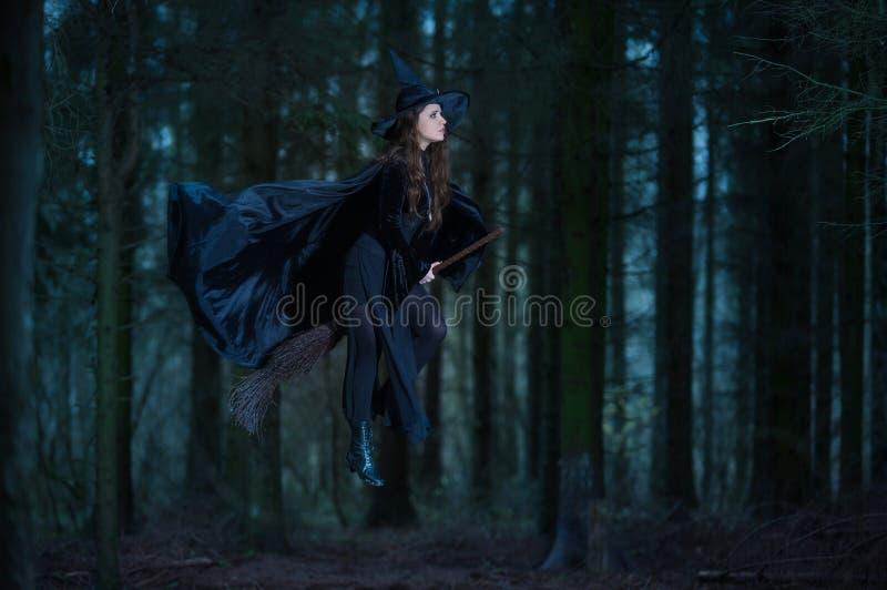 Heks die op een bezem vliegen royalty-vrije stock afbeelding