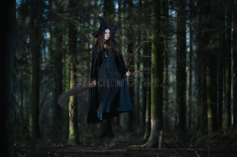 Heks die op een bezem vliegen stock afbeelding