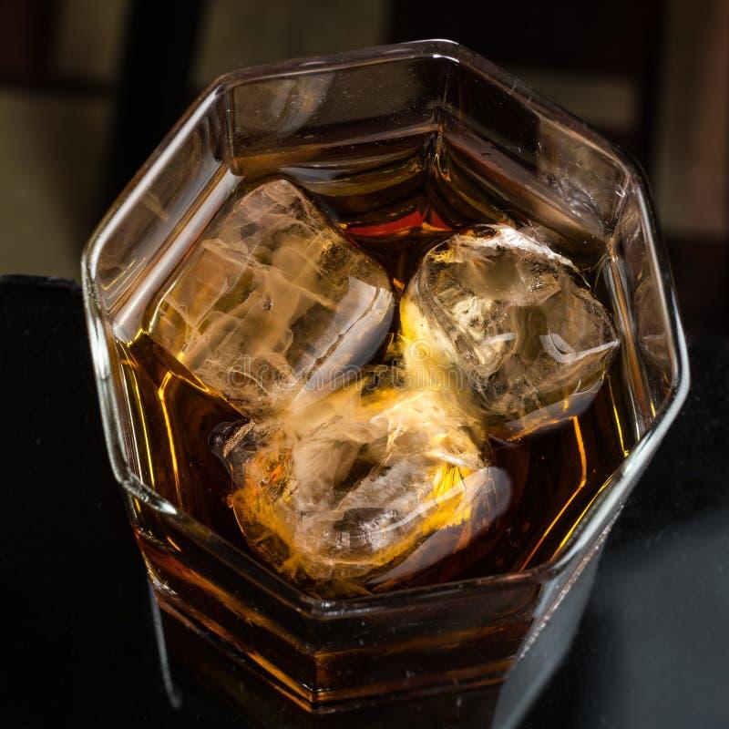 Heksagonalny szk?o whisky z trzy sze?cianami reala lodu odg?rny widok obrazy stock