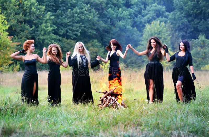 Heksen die op de Sabbat dansen stock afbeeldingen