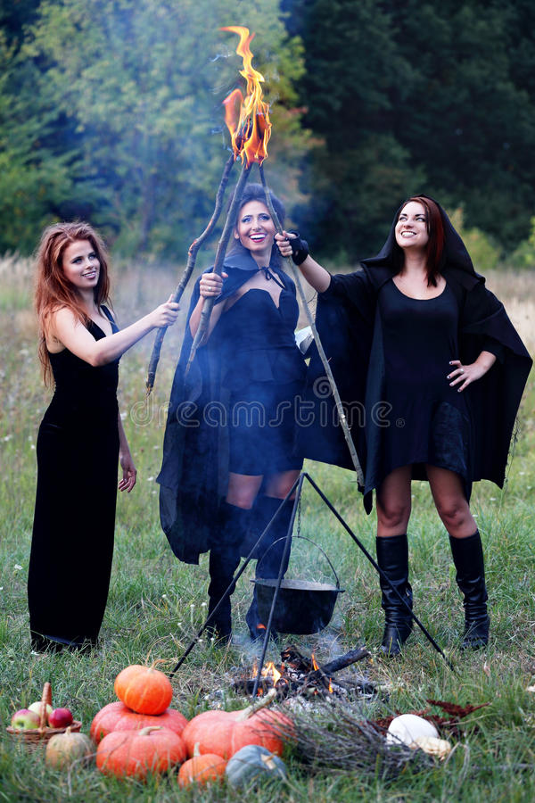Heksen die toortsen houden royalty-vrije stock fotografie