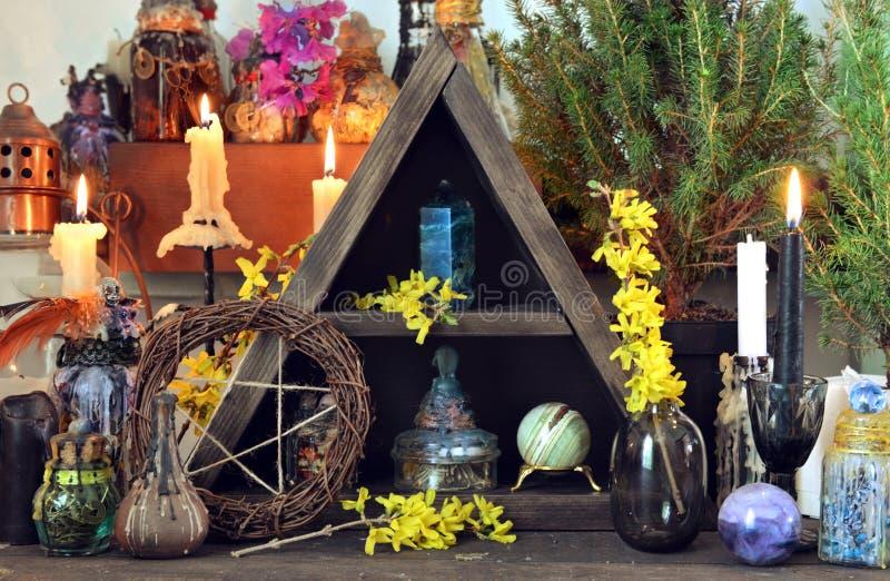 Heksenaltaar met pentagram, de lentebloemen, zwarte kaarsen royalty-vrije stock fotografie