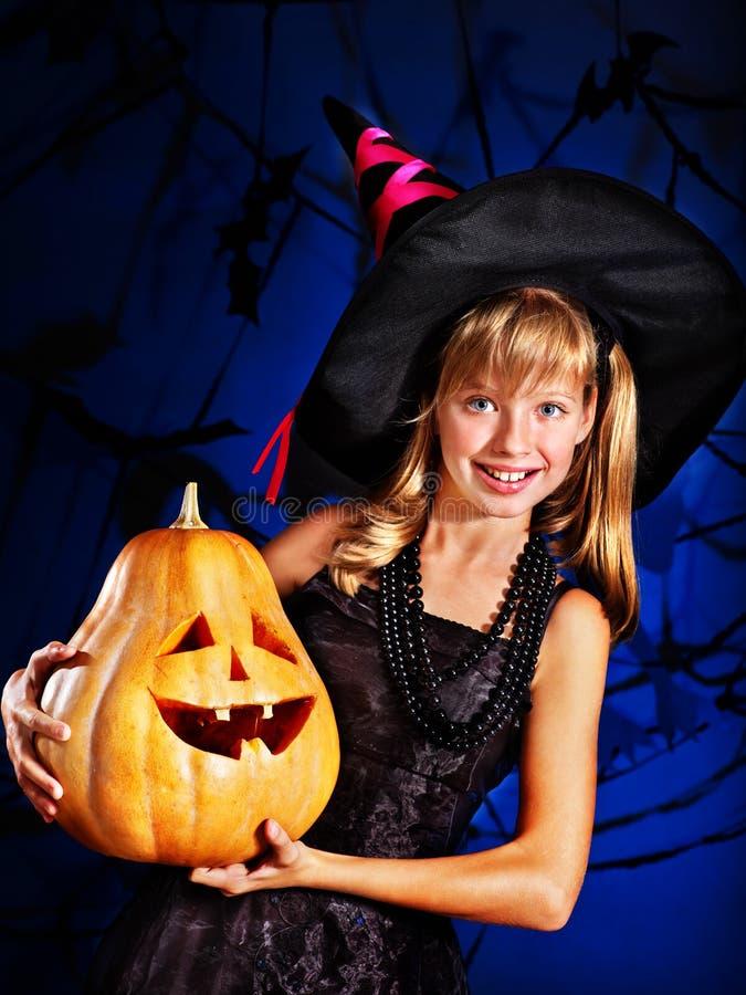Heksenkind bij Halloween-partij. stock foto's