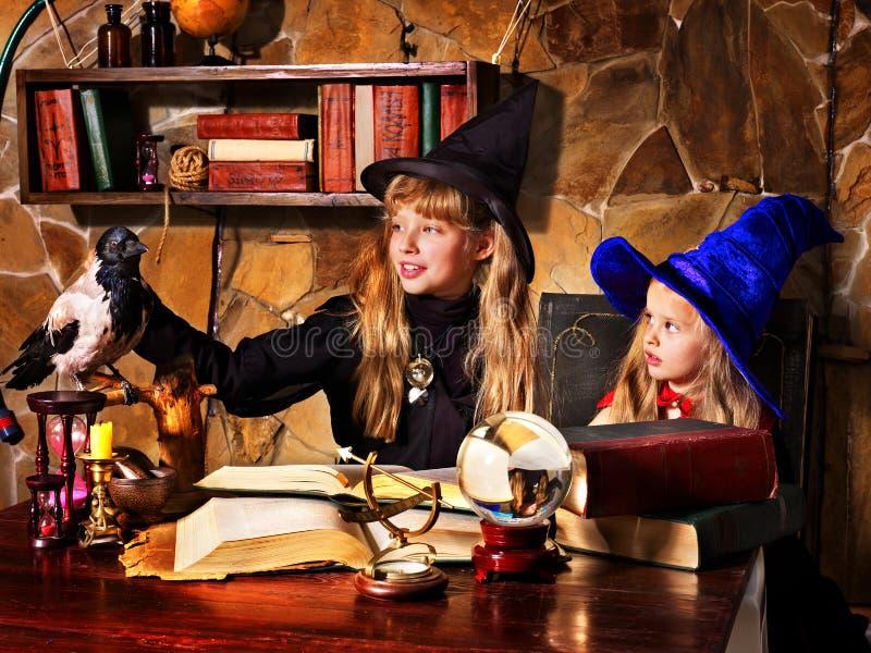 Heksenkinderen met kristallen bol. royalty-vrije stock afbeelding