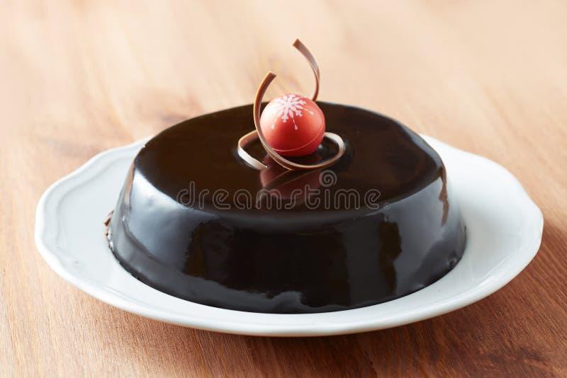Hel chokladkaka på en maträtt royaltyfri fotografi