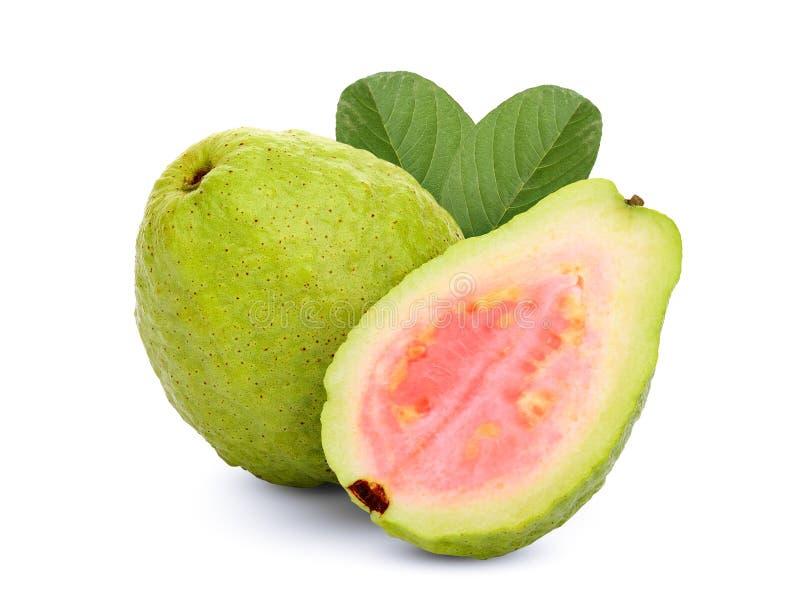 Hel och halv rosa guava med bladet som isoleras på vit arkivbilder