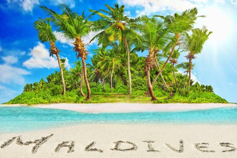Hel tropisk ö inom atoll i det tropiska havet och inscrip royaltyfri bild