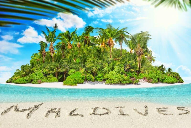 Hel tropisk ö inom atoll i det tropiska havet och inscrip arkivfoton
