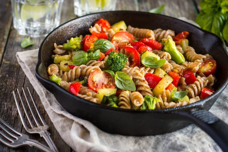 Hel vetefusillipasta med grönsaker arkivfoto
