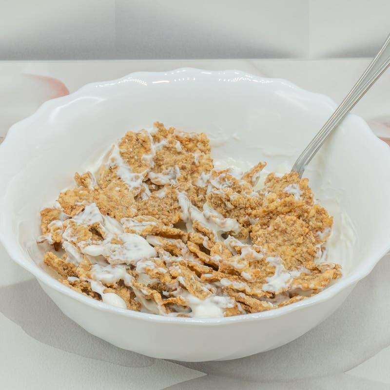 Hela korn med yoghurt royaltyfri bild