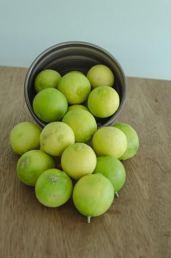 Hela nyckel- limefrukter royaltyfria bilder