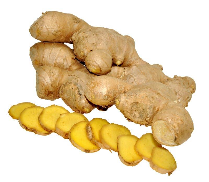 Hela och skivade rå Ginger Root arkivbild
