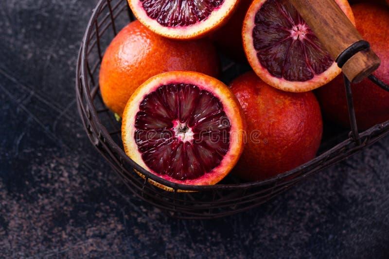 Hela och skivade sicilian apelsiner på en svart kritiserar bakgrund fotografering för bildbyråer